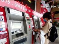 Trang bị nước rửa tay tại các cây ATM