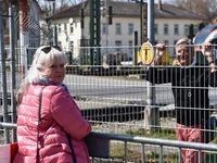 Những cặp tình nhân 'hẹn hò' qua hàng rào biên giới do COVID-19