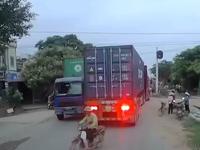 Clip giao thông: Dừng đèn đỏ để tránh tàu, xe máy cố luồn lách sang đường suýt bị container đâm