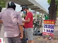 Cẩn trọng với mánh khóe bán 'bảo hiểm xe máy 20.000 đồng' bên lề đường