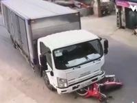 Clip: Tai nạn bất ngờ do xe máy lao ra từ đường nhánh