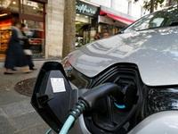 Ngành chế tạo ô tô gặp khó, Pháp kêu gọi người dân mua xe điện