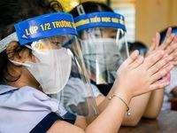 Chủ tịch Hà Nội: 'Không nên chia giờ học, học sinh không cần đeo tấm chắn giọt bắn'