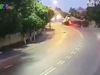 Vào cua cực 'gắt', xe đầu kéo lật nhào xuống đường