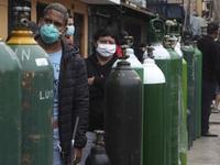 Người dân Peru xếp hàng mua oxy để chạy máy thở