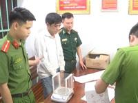 Đang 'đèo' 1kg ma túy đá từ bên kia biên giới về Việt Nam thì bị bắt giữ