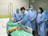 Bệnh nhân 91 lúc vui lúc buồn, nhân viên y tế phải động viên, dỗ dành