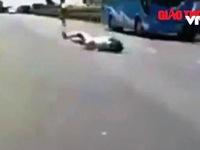 Thót tim nhìn bé gái chạy cắt ngang đầu ô tô, ngã lăn ra đường