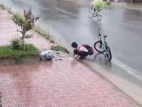 Nam sinh nhặt rác ở miệng cống được tặng bằng khen