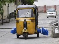 Xót xa hình ảnh chở thi thể bệnh nhân COVID-19 bằng xe tuk tuk tại Ấn Độ