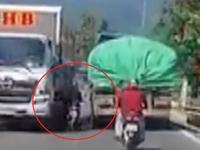 Clip: Cố lấn làn vượt xe tải, xe máy suýt bị xe tải ép sát