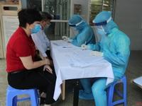Người dân Hà Nội hợp tác trong việc lấy mẫu xét nghiệm