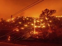 Hơn 10.000 vụ sét đánh khiến cháy rừng tại California lan rộng
