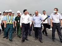 Deputy PM inspects runway upgrading at Noi Bai airport