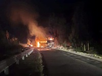 Xe khách giường nằm chở 40 người cháy rụi trong đêm