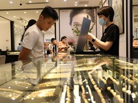 Gold prices plummet to nearly VND58 million per tael
