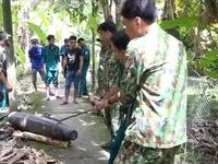 Trục vớt 2 quả bom nặng 250kg, dài 1,5m trong ao cá nhà dân