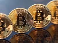 Bitcoin 'điên cuồng' tăng giá, cho chứng khoán và vàng 'hít khói'