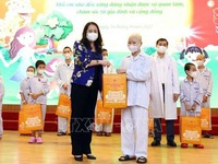 Vice President presents gifts to child patients for full-moon festival