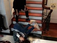 Hướng dương ngược nắng: Hậu trường cảnh Hồng Diễm diễn Châu say sấp mặt, ngã dúi dụi xuống cầu thang