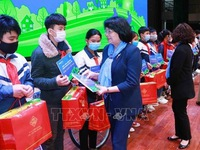 Vice President presents gifts to poor students in Bac Giang province