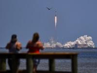 SpaceX giành được hợp đồng phát triển tàu vũ trụ đưa người lên mặt trăng của NASA