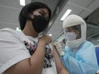 Trung Quốc mở rộng tiêm vaccine COVID-19 cho người già và trẻ vị thành niên