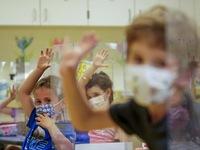 Tất cả trẻ em Mỹ trên 2 tuổi nên đeo khẩu trang ở trường, dù đã tiêm vaccine