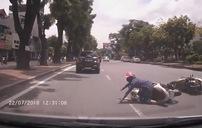 Vừa chạy xe vừa trò chuyện, 2 nữ 'ninja' đâm nhau ngã nhào trước đầu ô tô