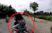 Tránh xe máy, thanh niên chở bạn gái đâm thẳng đầu xe ô tô