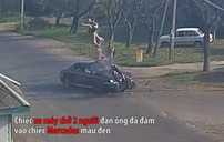 Đâm trực diện xe Mercedes, 2 người đi xe máy lộn nhào trên không thoát chết kỳ diệu