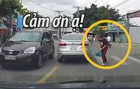 Cô gái trẻ cúi đầu cảm ơn vì được ô tô nhường đường