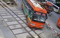 Xe khách bị rào chắn đường tàu đâm thủng kính, hành khách hoảng loạn phi thân qua cửa sổ