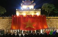"""Cầu truyền hình """"Lá cờ độc lập"""": Xúc động Lễ truyền cờ của hơn 1.000 học sinh, sinh viên"""