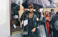 Mặc mưa rét, các tín đồ thời trang vẫn đua nhau khoe dáng ở Paris