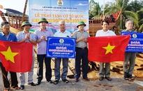 Tặng cờ Tổ quốc cho ngư dân Quảng Bình