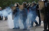 Cảnh sát đụng độ người biểu tình sau bầu cử Pháp