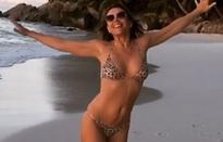 Elizabeth Hurley bốc lửa ở tuổi 52