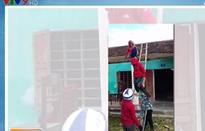 Cảm động các cô giáo leo mái nhà, lợp ngói trường học sau bão số 10