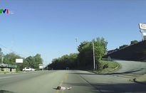 Bé gái 4 tuổi rơi khỏi xe trên đường cao tốc