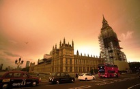 Anh: Bầu trời chuyển đỏ rực vì bão Ophelia
