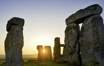 Du khách ngắm ngày dài nhất tại Vòng tròn đá Stonehenge