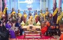 Thủ tướng Nguyễn Xuân Phúc chào và chúc mừng năm mới Đại tăng thống Tep Vong
