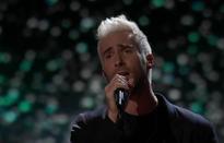 The Voice: Adam Levine nghẹn ngào hát tặng học trò cũ đã qua đời