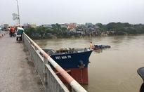 Tàu hàng mắc kẹt dưới cầu Đò Quan, Nam Định