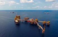 Sản lượng khai thác dầu khí 11 tháng vượt kế hoạch