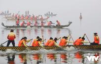 Sôi động lễ hội đua thuyền rồng tại hồ Tây bất chấp thời tiết sương mù