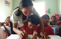 """Cô gái trẻ khuyết tật mở lớp """"gieo chữ"""" miễn phí cho trẻ em nghèo"""