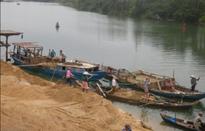 Bắt quả tang 3 sà lan hút cát trái phép trên sông Tiền