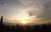 Ngắm bình minh đẹp mê hồn trên đỉnh đền Borobudur, Indonesia